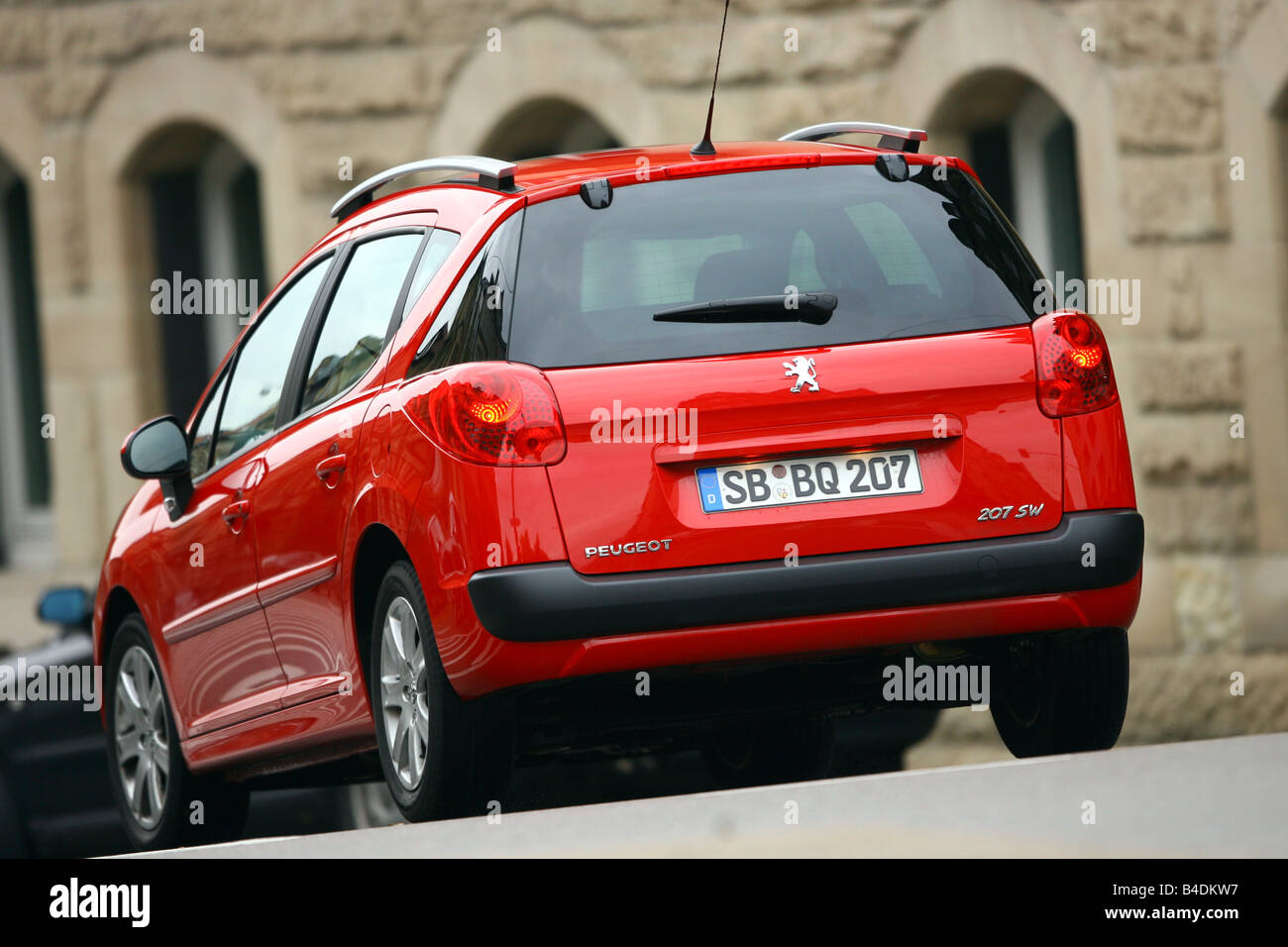 Peugeot 207 SW 120 VTi Sport, red, model year 2006-, driving, diagonal from the back, rear view, City, Stadt - Stock Image