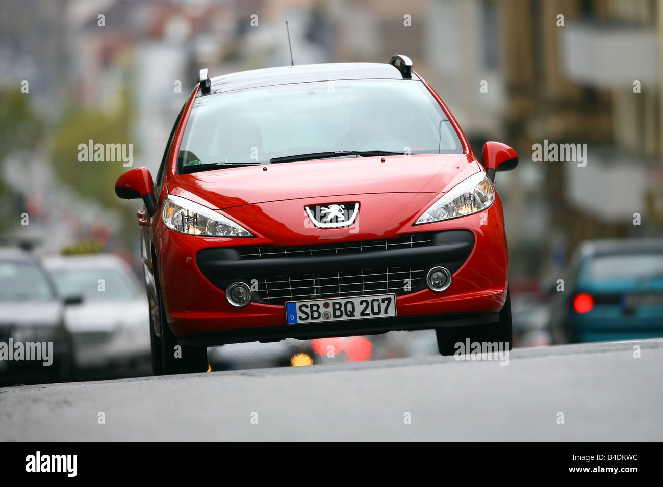 Peugeot 207 SW 120 VTi Sport, red, model year 2006-, driving, diagonal from the front, frontal view, City - Stock Image