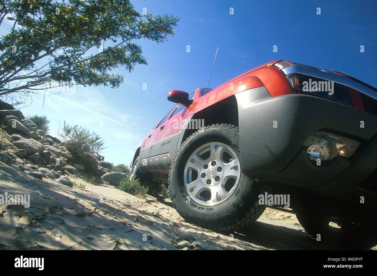 Car, Chevrolet Avalanche 1500 4WD, cross country vehicle, model year 2001-, red, ruby colored, schräg von below/vorne, - Stock Image