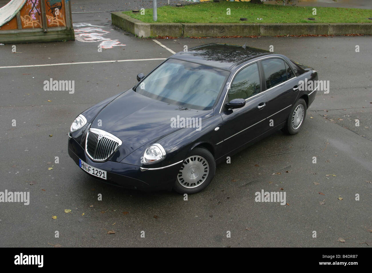 Car, Lancia Thesis, Limousine, upper middle-sized , model year 2002-, black, diagonal from the front/oben, standing, - Stock Image