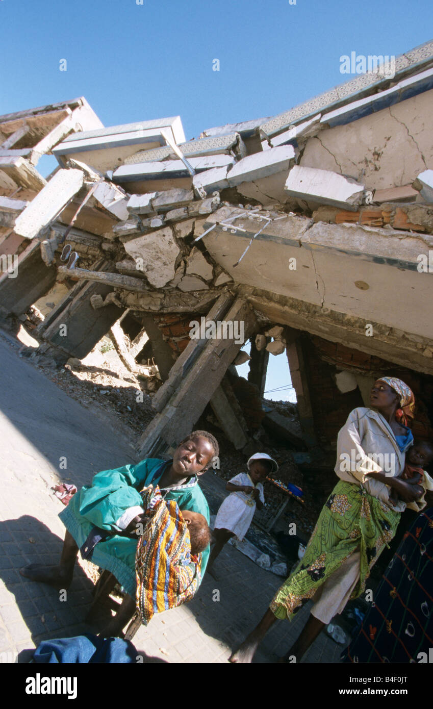 Homeless people, displaced by the civil war, sheltering in a destroyed building in Angola. - Stock Image