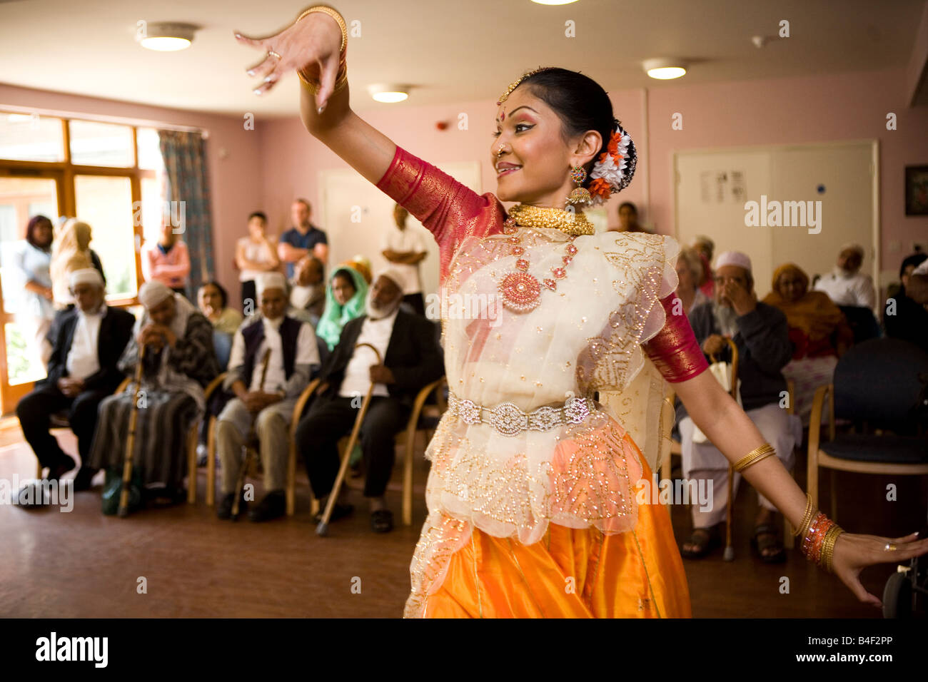 Bangladeshi dancer performs at an old people's community centre in Tower Hamlets - Stock Image