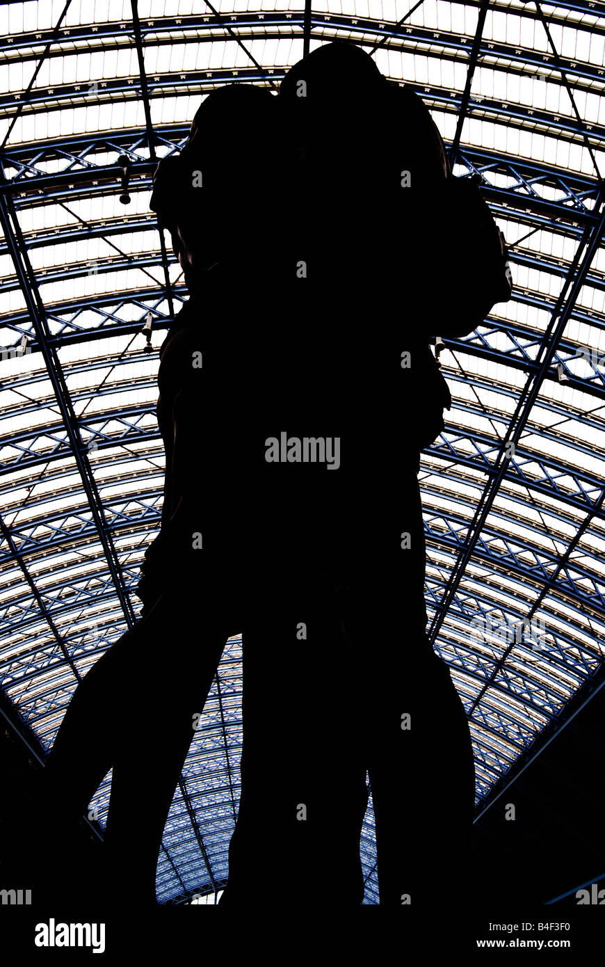 A statue of a kissing couple at St Pancras railway station, London, England, UK - Stock Image