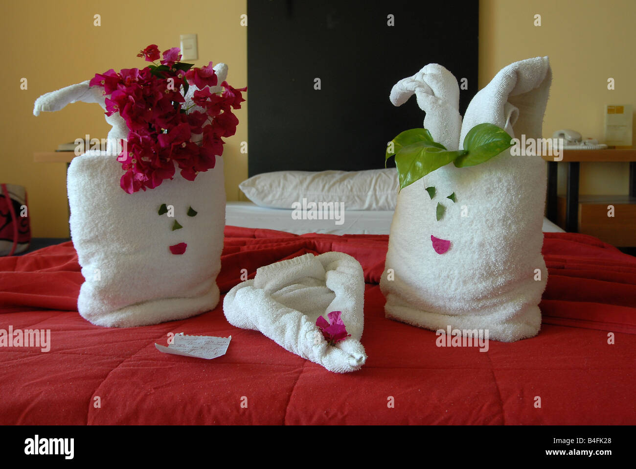 Cuban hotel maid leaves the towels in a design of two rabbits and a heart with a hand written note - Stock Image