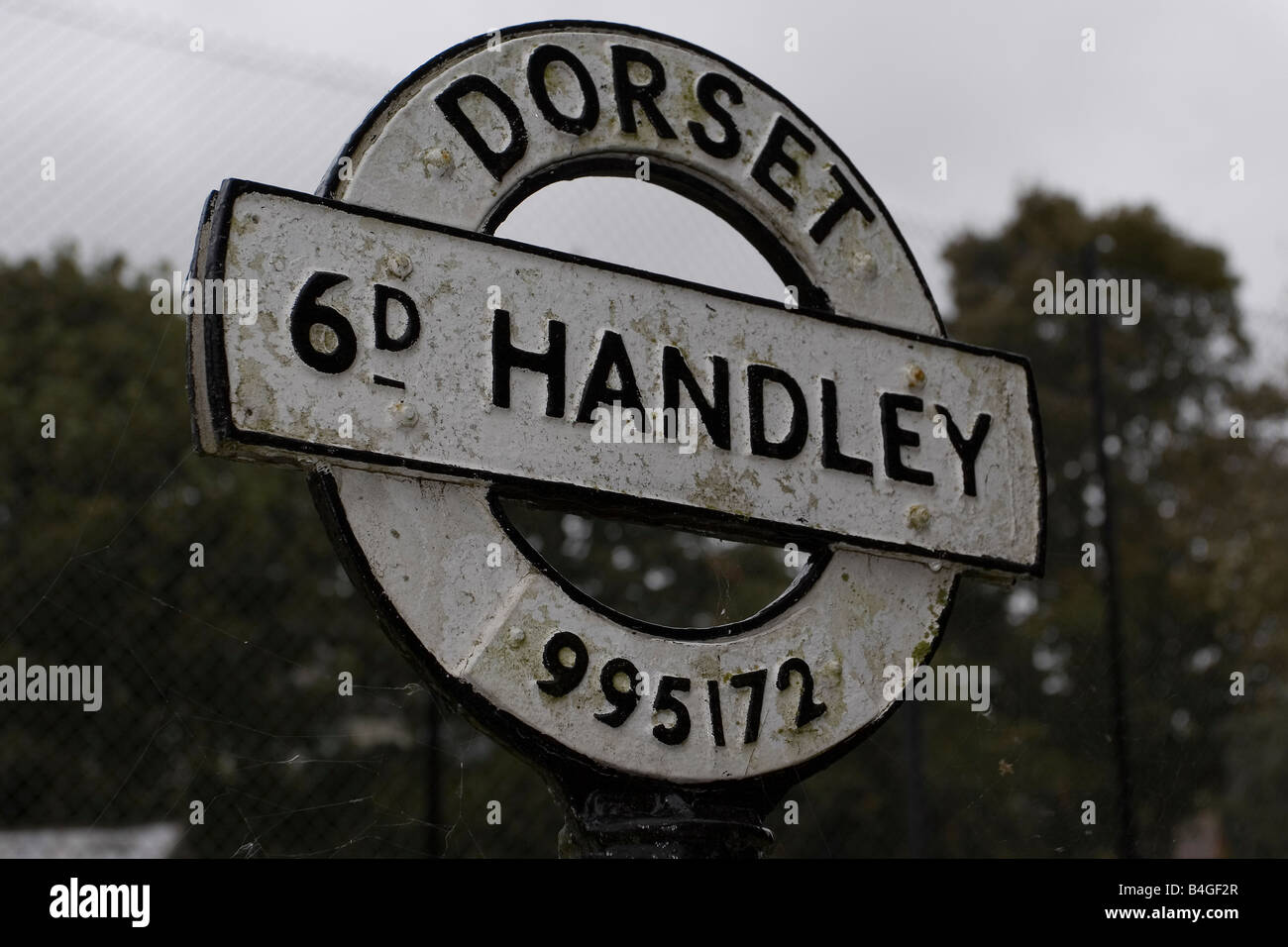 https://c8.alamy.com/comp/B4GF2R/traditional-dorset-fingerpost-sign-at-sixpenny-handley-in-dorset-with-B4GF2R.jpg