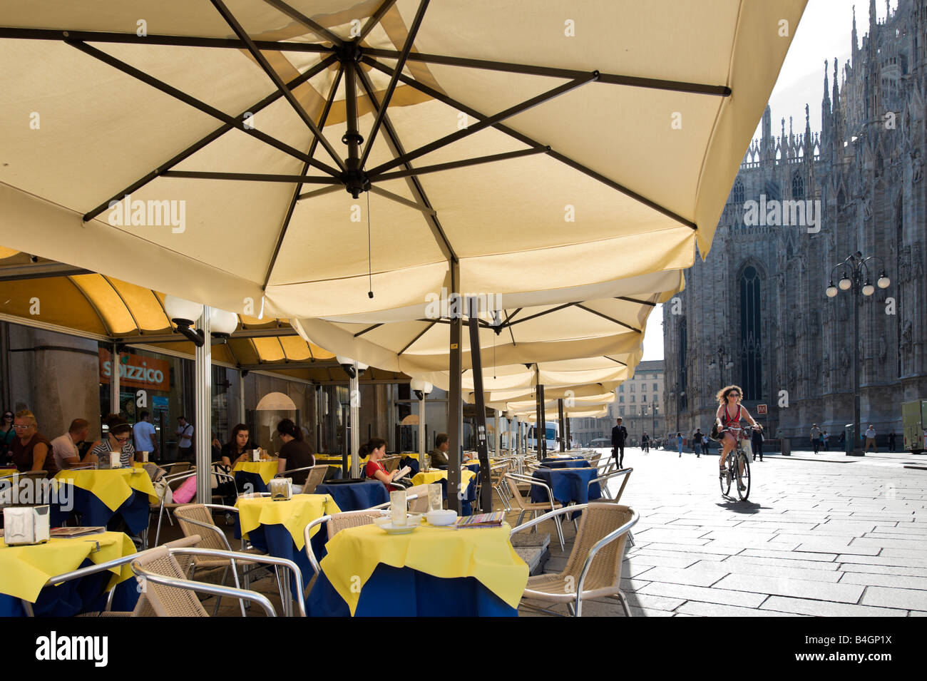 Cafe outside the Duomo (Cathedral), Piazza del  Duomo, Milan, Lombardy, Italy - Stock Image
