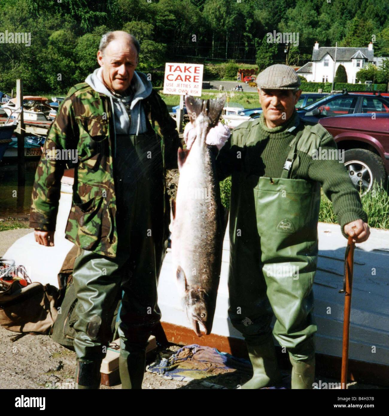 FISH OF THE WEEK WINNER September 2001 EDDIE VENTISEI HOLDING FISH WITH ROBERT PERRATT - Stock Image