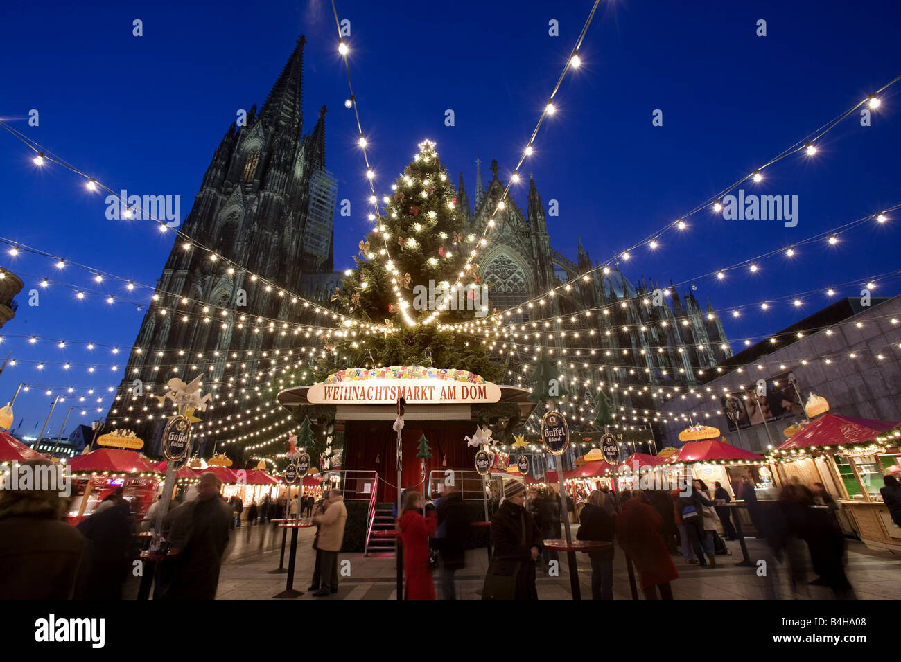 People in front of church at Christmas time Cologne Cathedral ...