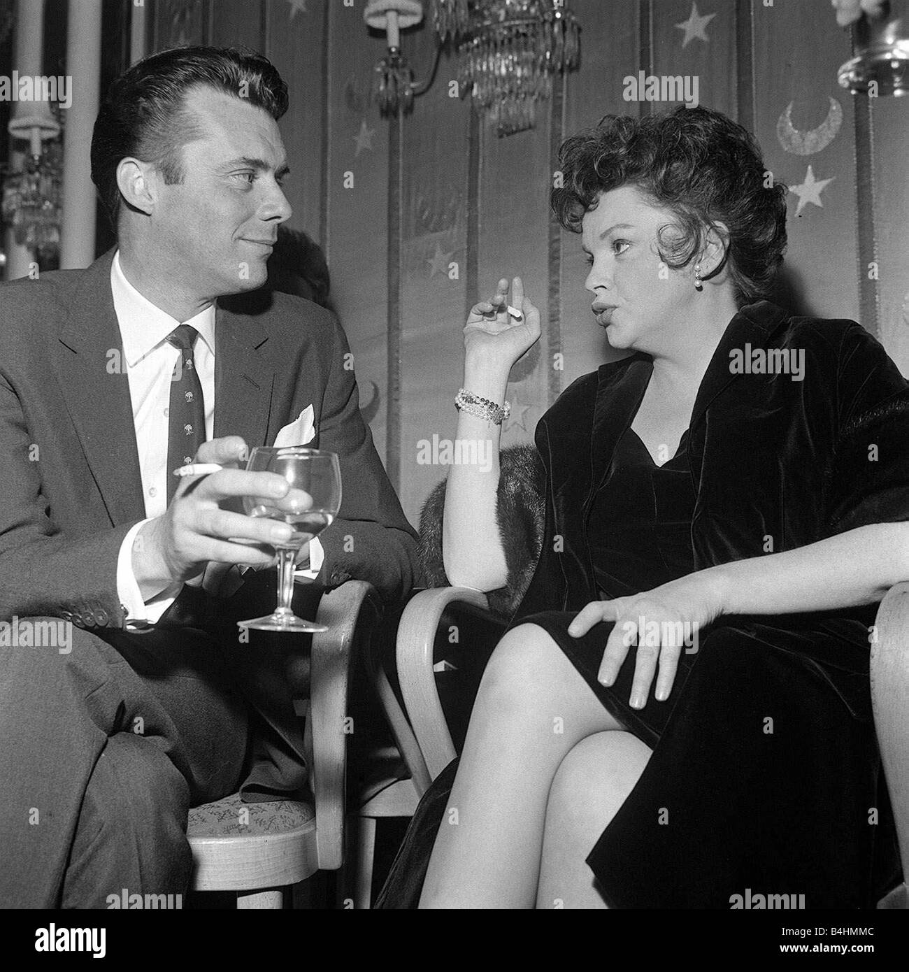 https://c8.alamy.com/comp/B4HMMC/judy-garland-may-1962-with-dirk-bogarde-at-a-party-at-a-london-hotel-B4HMMC.jpg