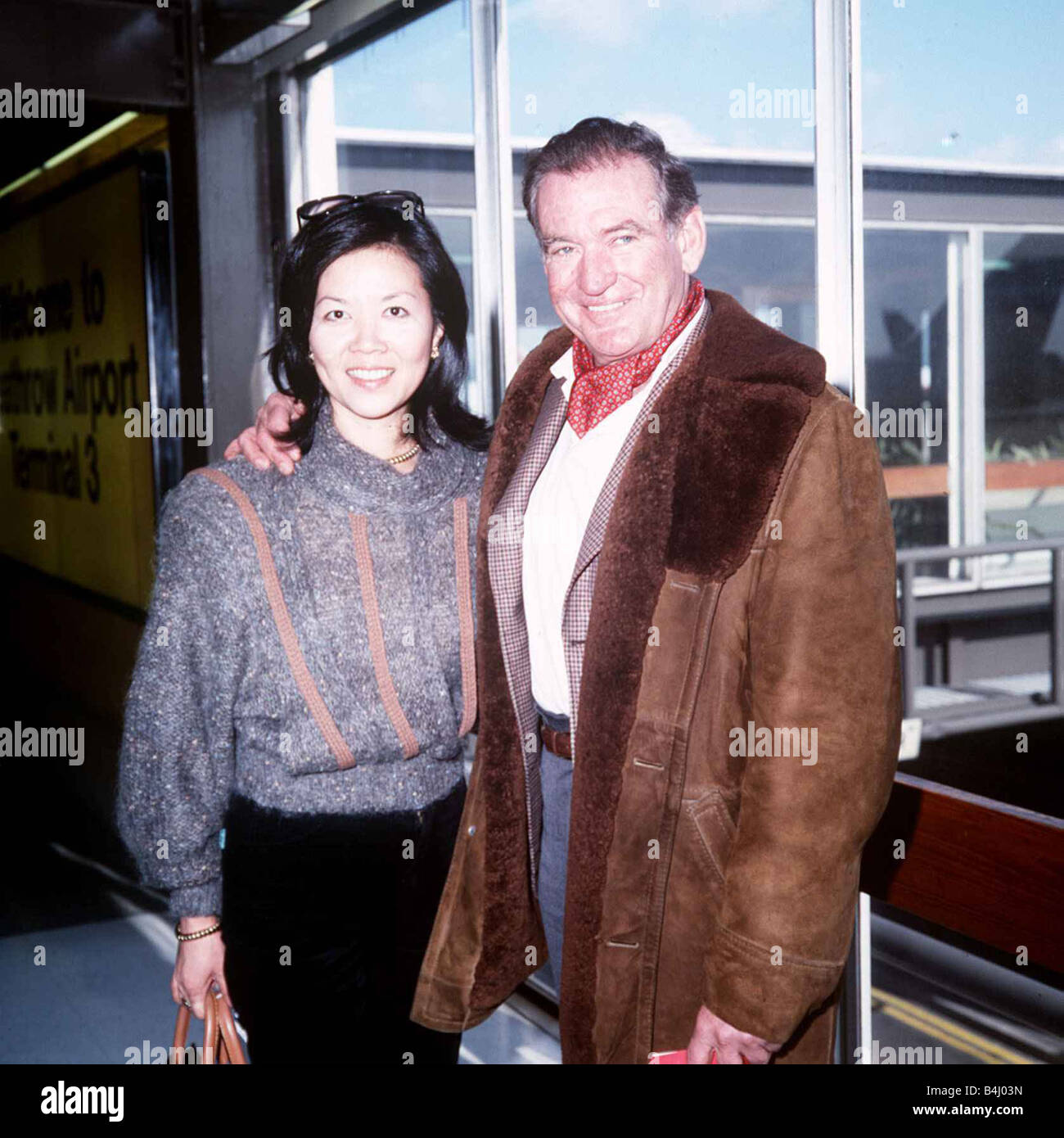Rod Taylor and his wife Carol leave LAP for Los Angeles April 1985 Dbase MSI - Stock Image