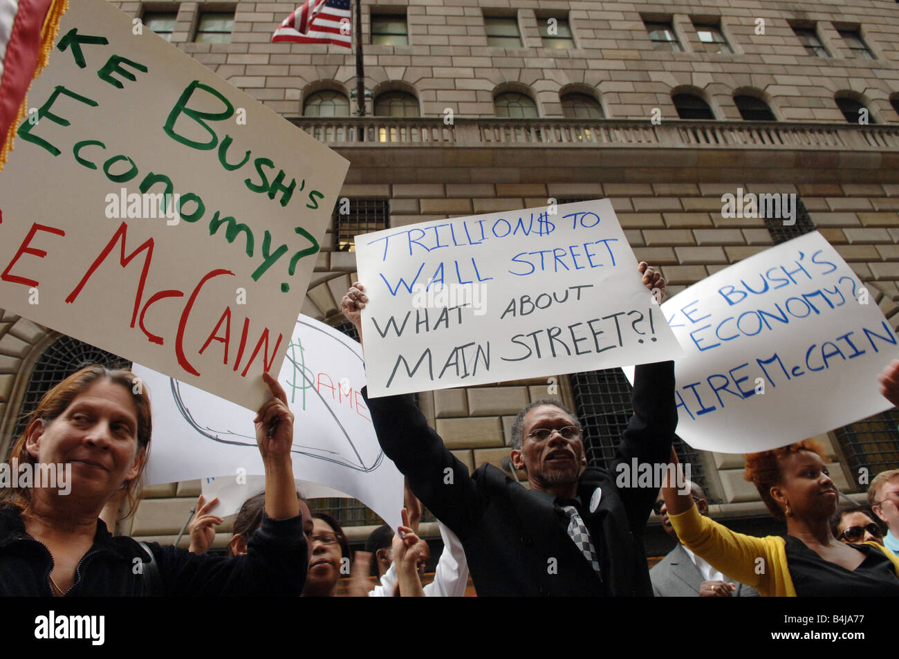 Protesters outside the Federal Reserve Bank of New York demonstrate on the government bailout package - Stock Image
