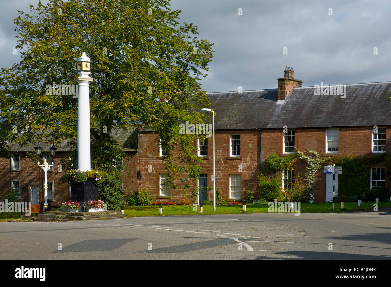 High Cross and traditional sandstone houses, at the top of Boroughgate, Appleby, Eden Valley, Cumbria, England UK - Stock Image