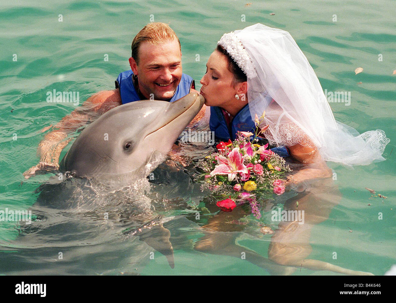 David Blades dolphin wedding Bahamas 1998 marries bride Avril Thomson in Blue Laggon Bahamas the best man and bridesmaids - Stock Image