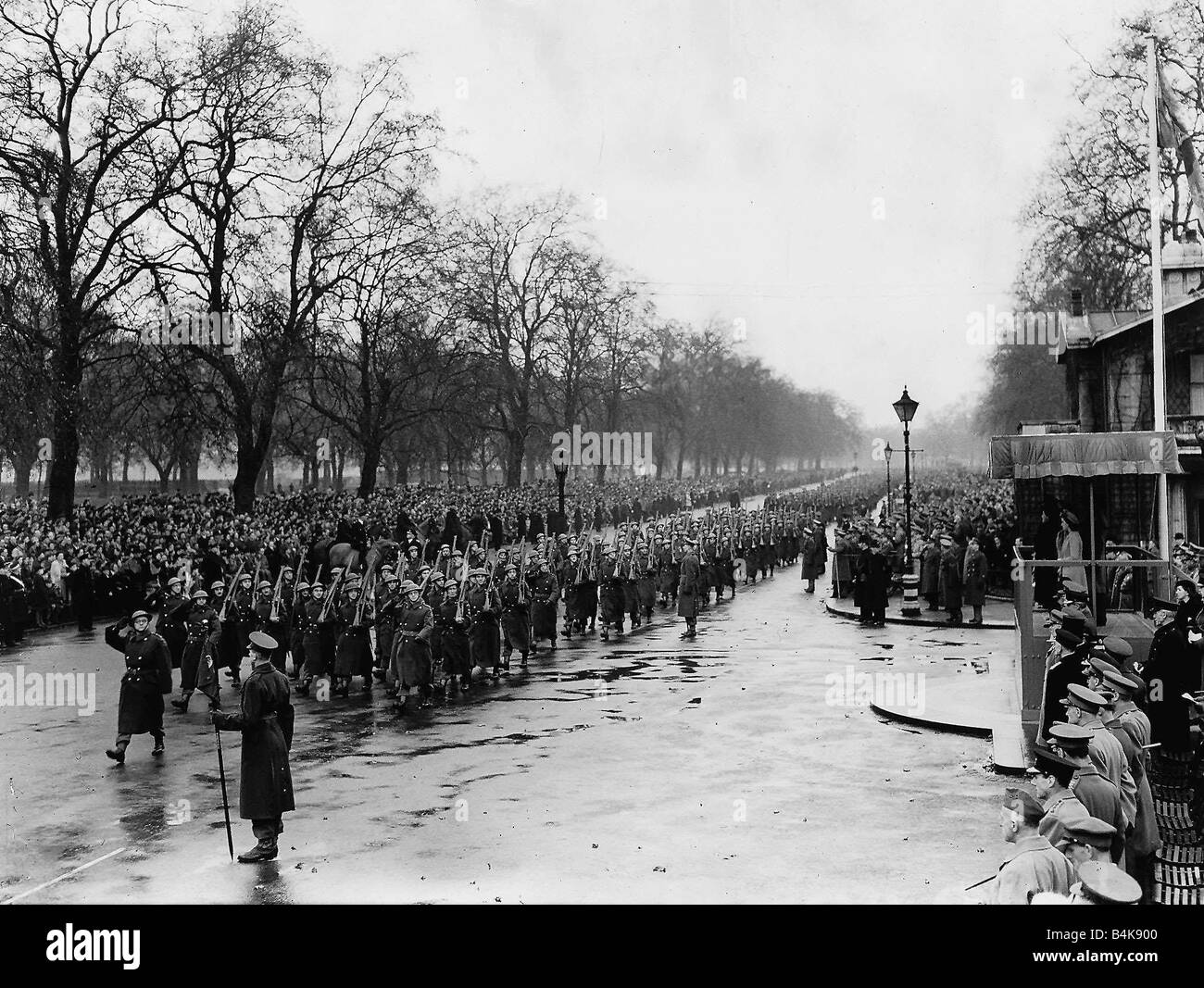 WW2 Home Guard saluting the King Dec 44 at Stanhope Gate Hyde Park Stock Photo