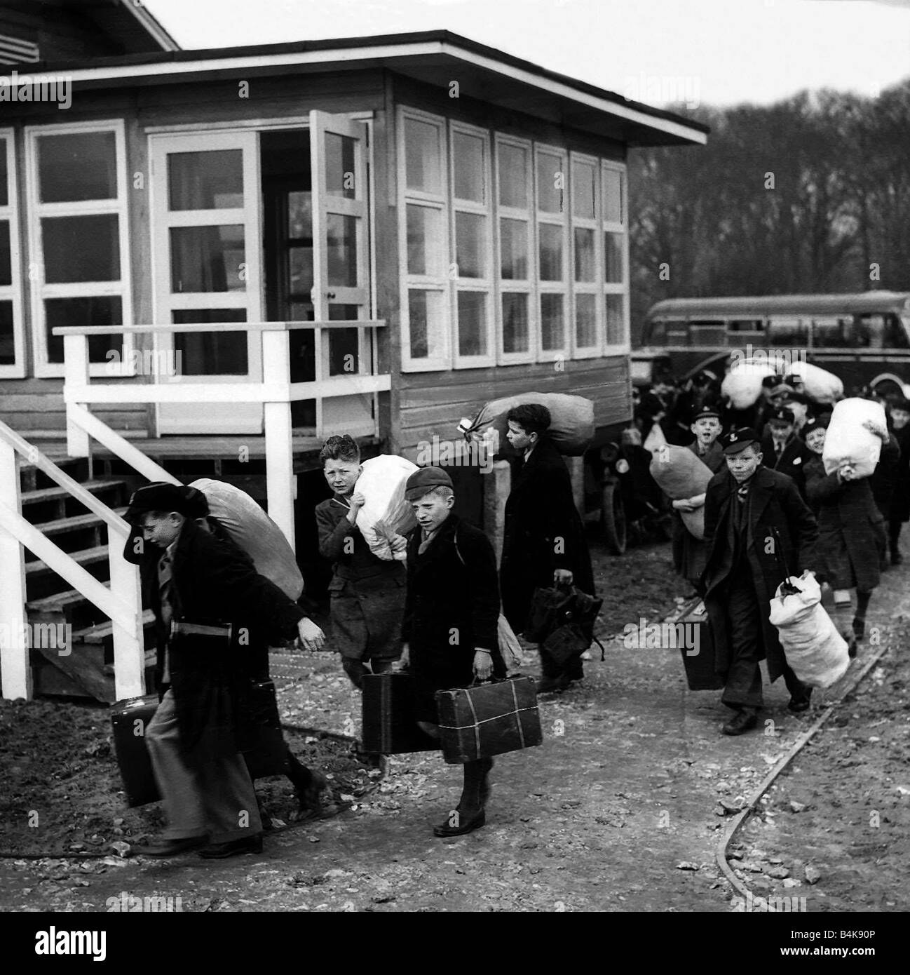 Schoolchildren being evacuated from London 1940 WW2 - Stock Image