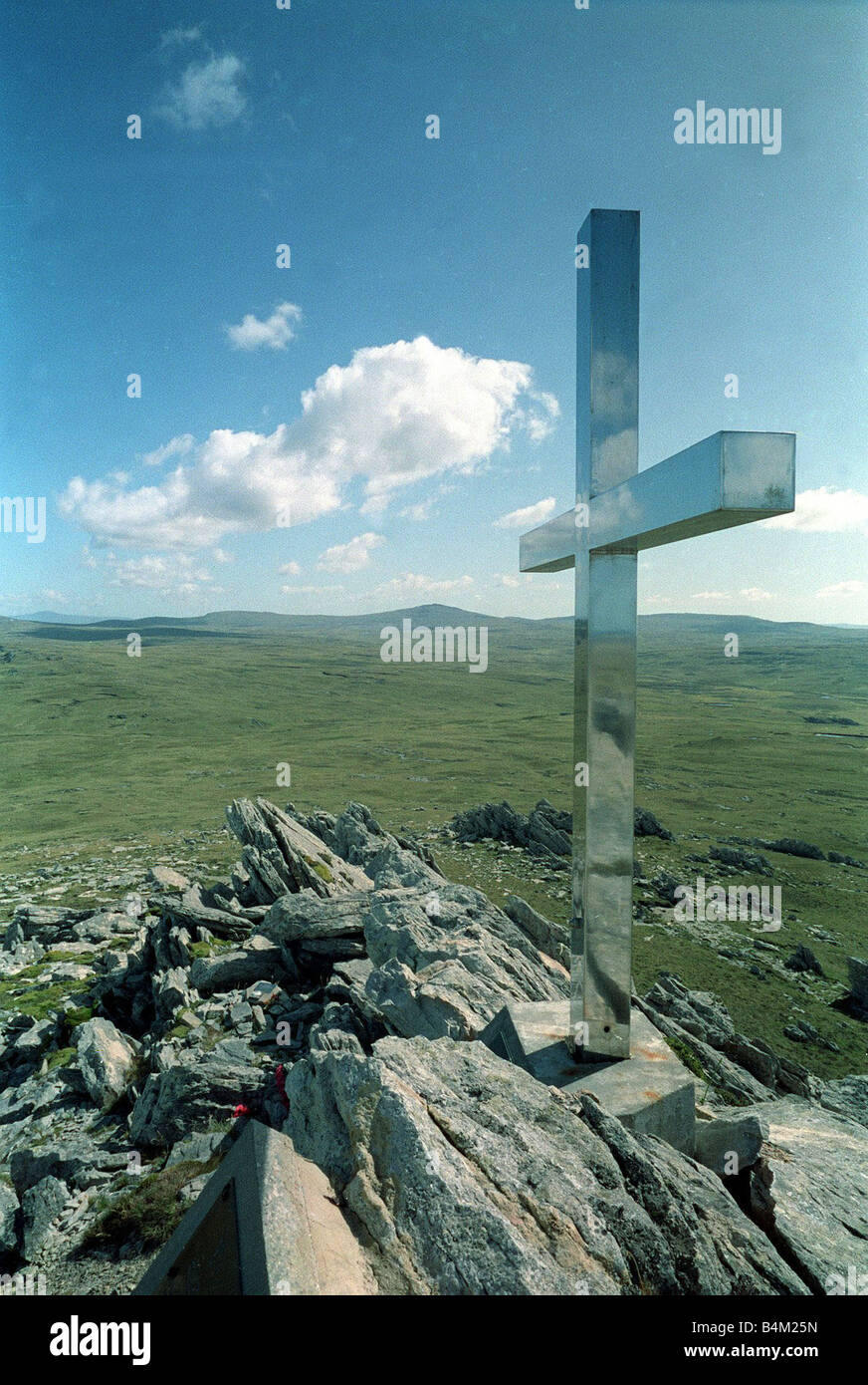 Falklands March 1993 A stainless steel cross set in stone A silver cross honours 23 paratroopers killed in the war Stock Photo