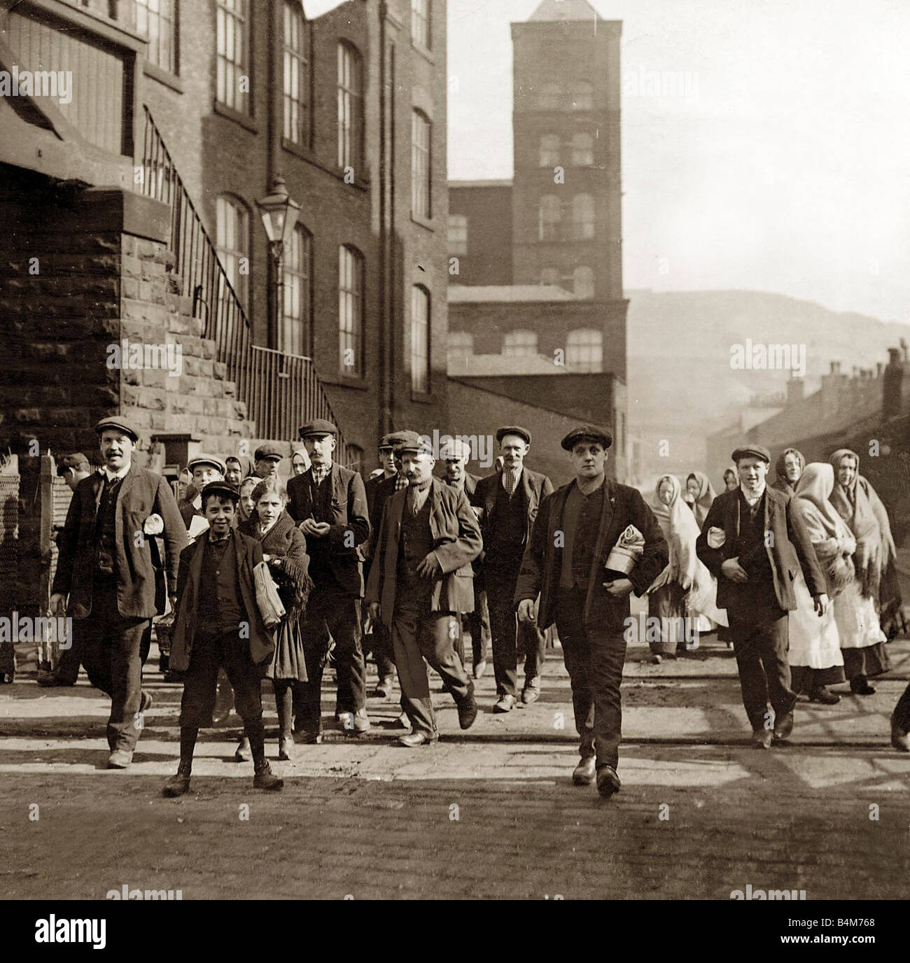 Lancashire Cotton Lock Out Operatives Leaving the Mills textile industry factory workers walking out 1910 - Stock Image