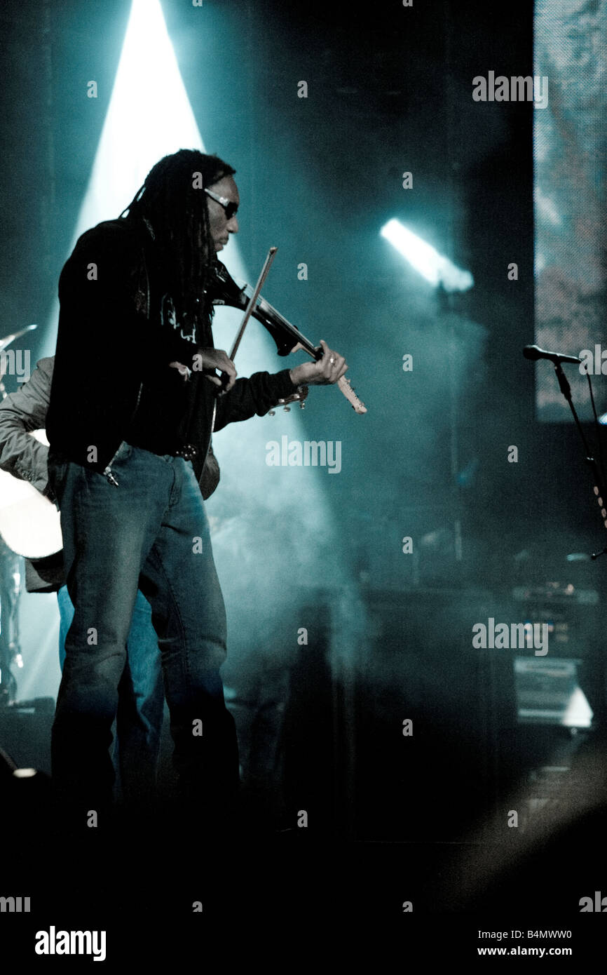 Dave Matthews Band violinist Boyd Tinsley playing violin on a show - Stock Image