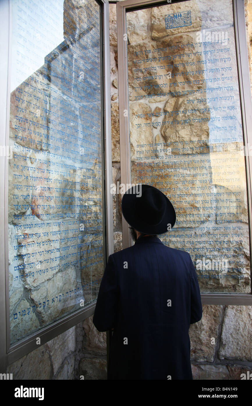 A Jewish man reads announcements posted near the Western wailing wall in Jerusalem - Stock Image