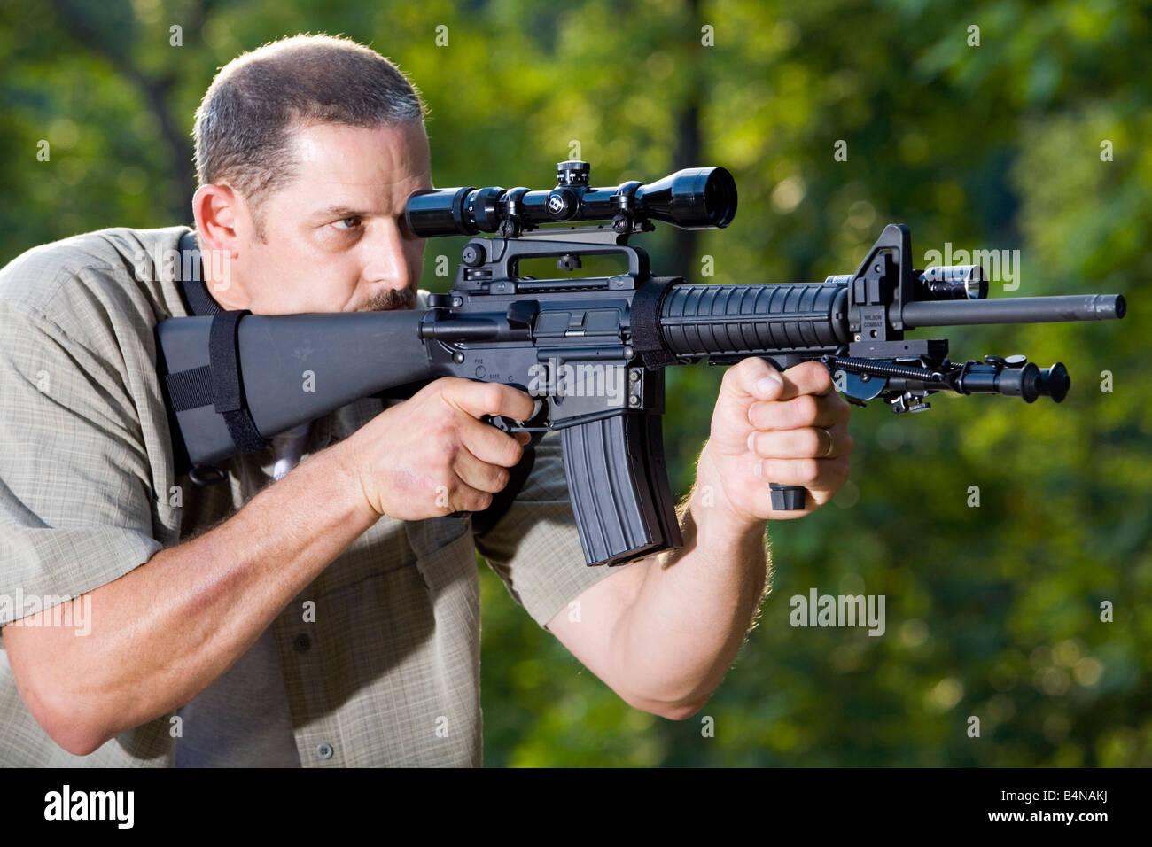 A man aims an AR 15 Bushmaster rifle Stock Photo: 20138374 - Alamy