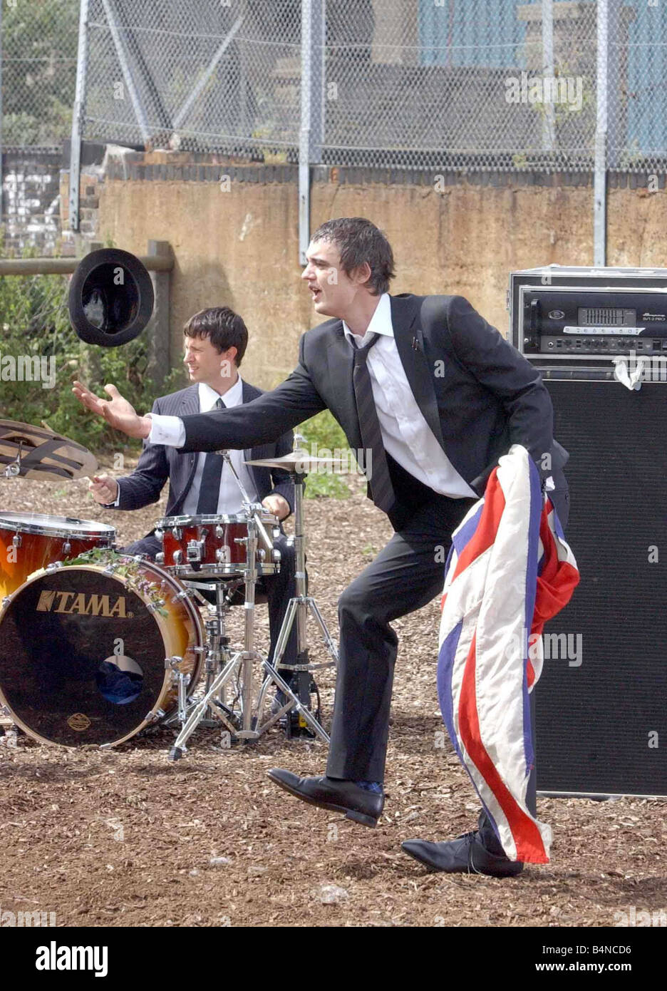 Pete Doherty records the video for a Babyshambles single filmed at Spitalfields Farm June 2005 Throwing his hat - Stock Image