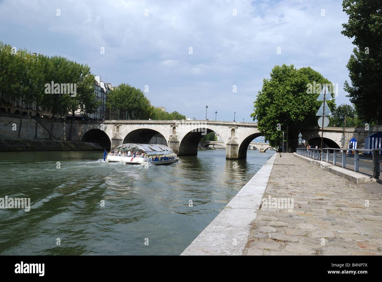 Paris. Une vue du pont Marie depuis les quais. - Stock Image