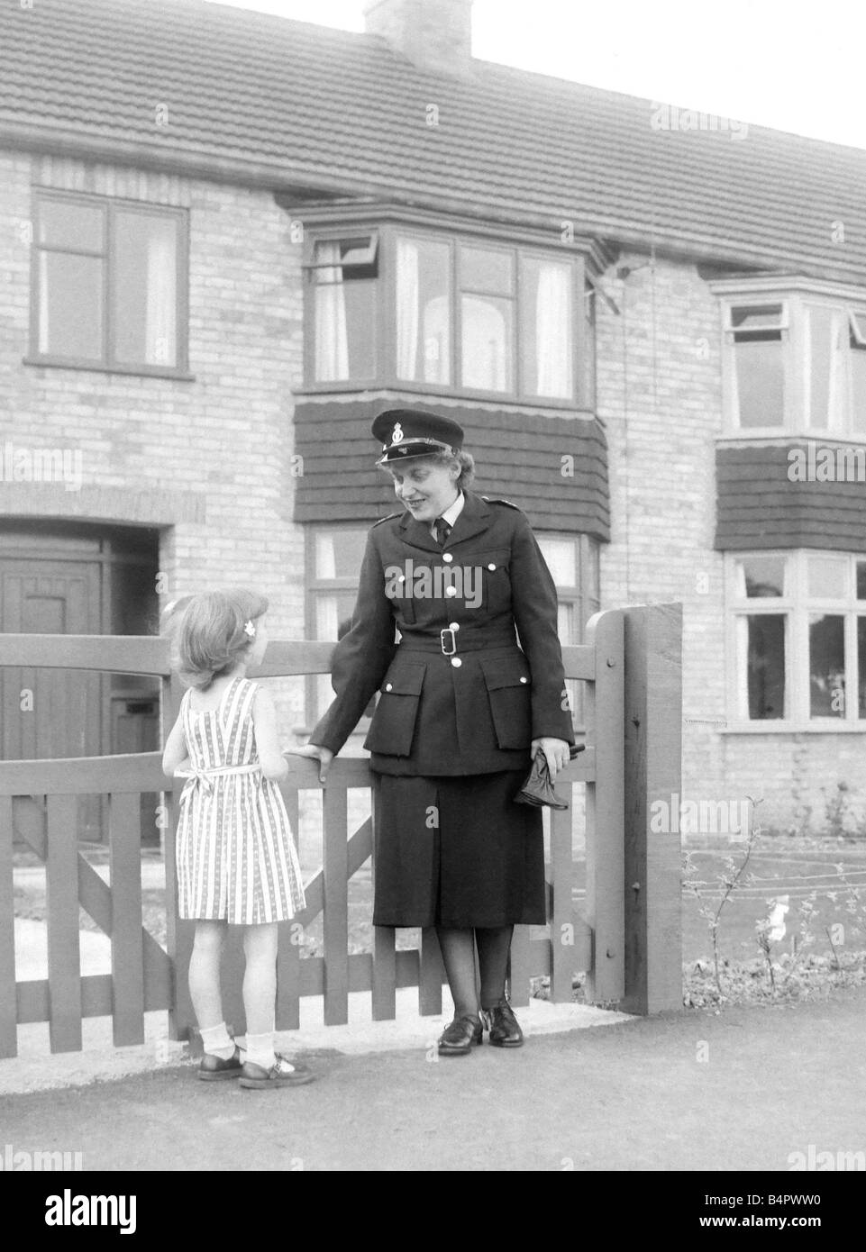 Getting a word of advice about road safety from Mrs Kathleen Price Ashby s only woman special constable is five - Stock Image