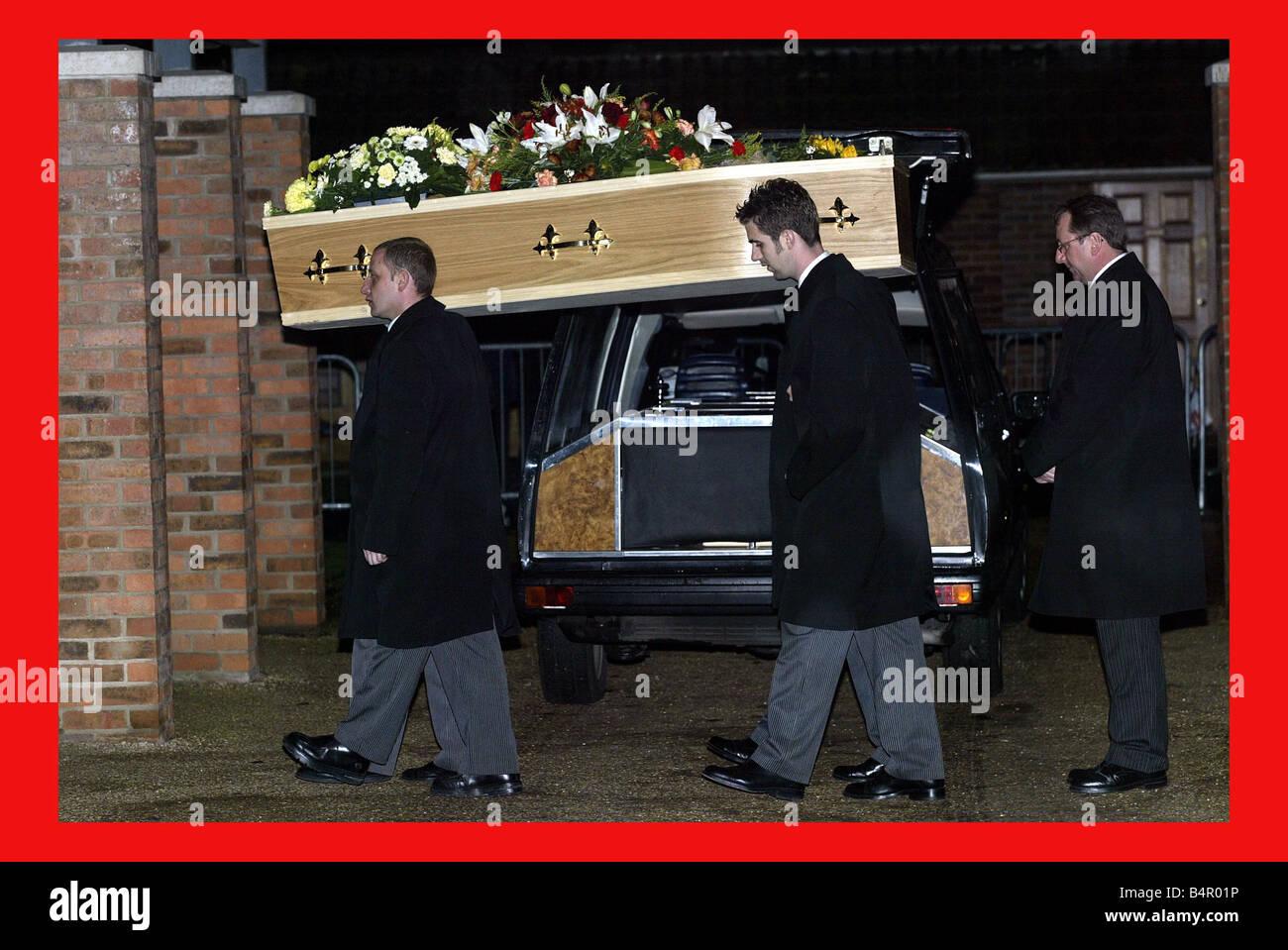 The coffin of moors murderer Myra Hindley arrives at Cambridge crematorium 15 November 2002 - Stock Image