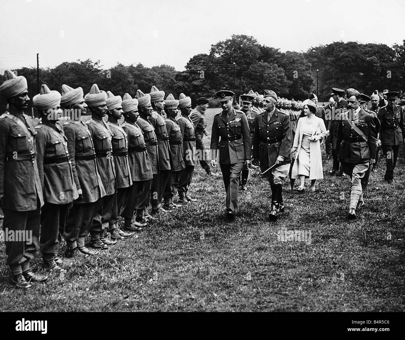Queen Mother with King George VI at a camp for Indian Troops in Derbyshire talking to Major R W Hills - Stock Image