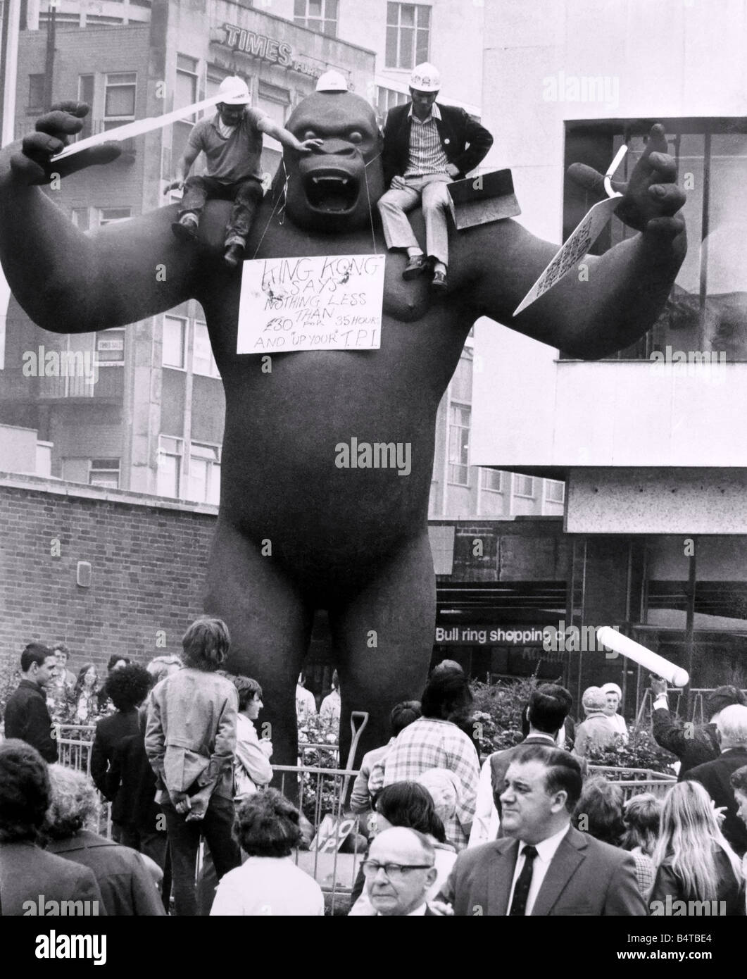 The two building workers staging their sit down demonstration on the shoulders of King Kong this afternoon 14th Stock Photo