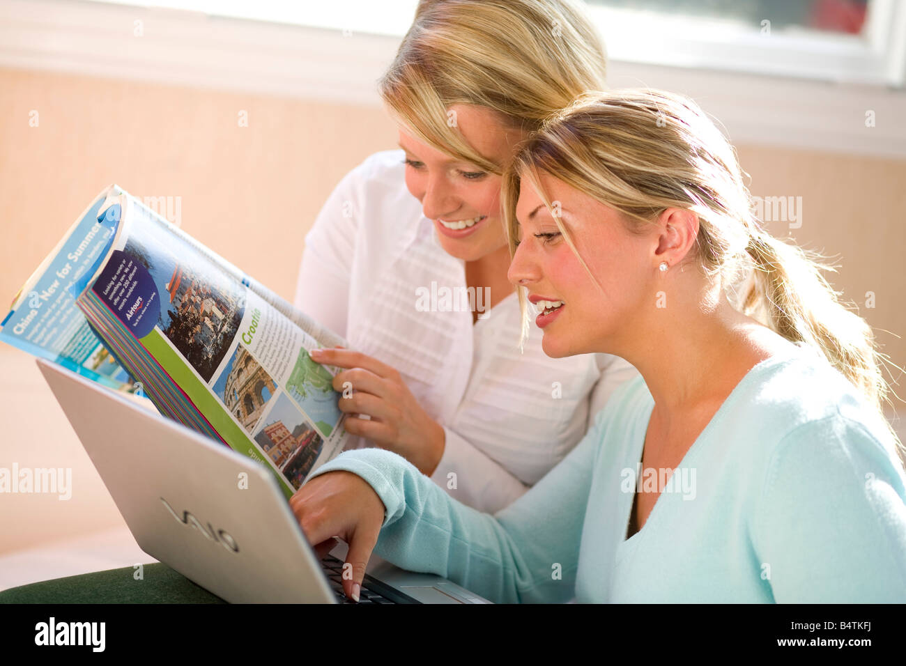 Couple looking at holiday brochures - Stock Image