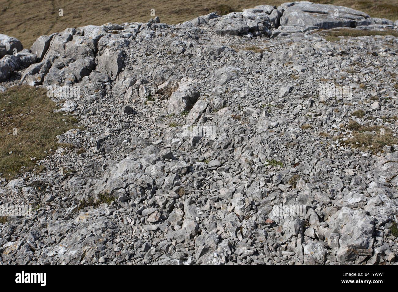 LIMESTONE ESCARPMENT SHOWING SIGNS OF EROSION DUE TO WIND FROST AND RAIN - Stock Image