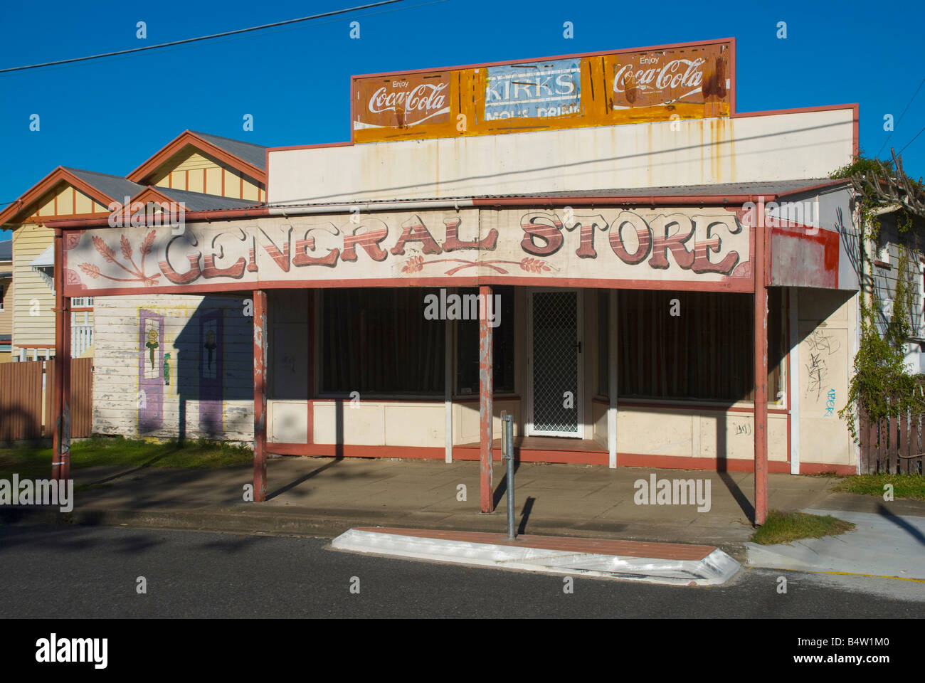 An faded old storefront on a disused derelict shop in Brisbane Australia - Stock Image