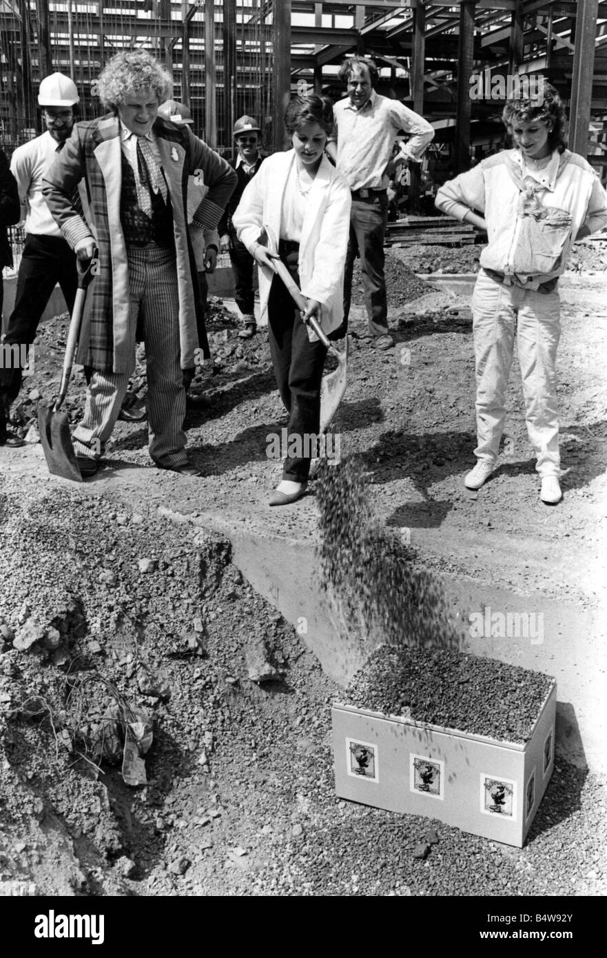 Cardiff Old Library Dr Who actor Tom Baker and Lisa Jenkins of Neath with the time capsule before it was buried Stock Photo