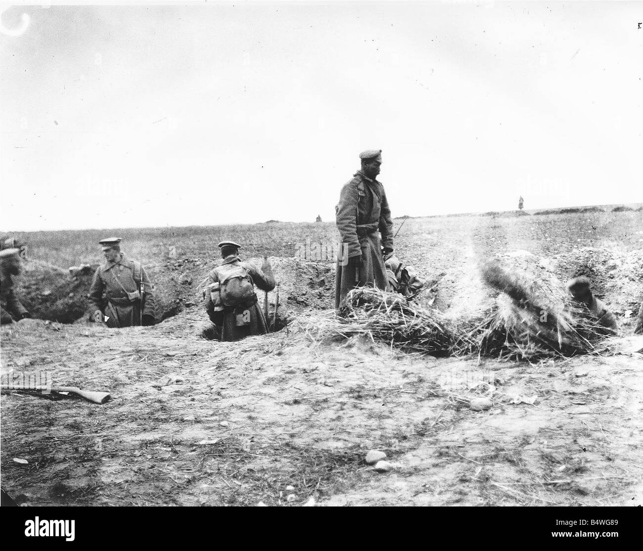 Russian troops in trenches DM 1232 Box 3 Date Russian troops digging trenches along the Eastern Front in 1914 Y2K - Stock Image