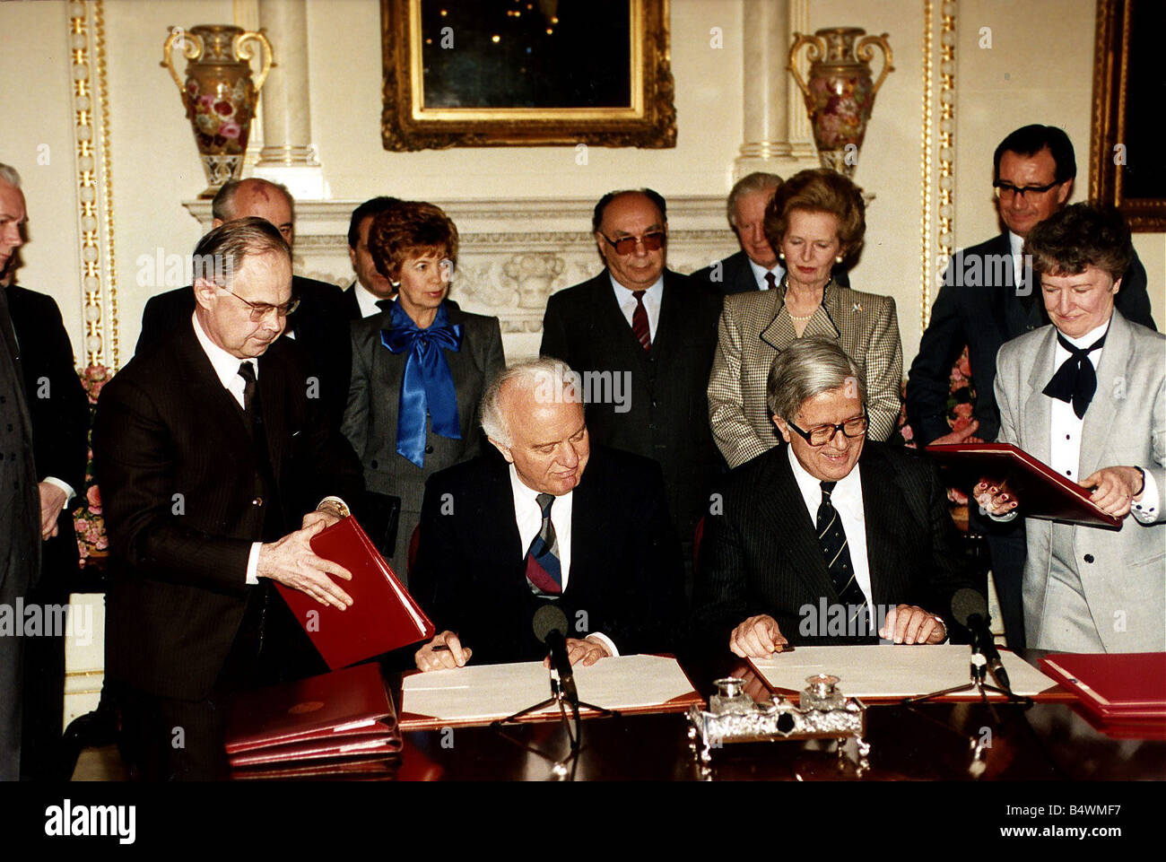Soviet leader Mikail Gorbachev British Prime Minister Thatcher Eduard Sheverdnadze and Sir Geoffrey Howe at a signing - Stock Image