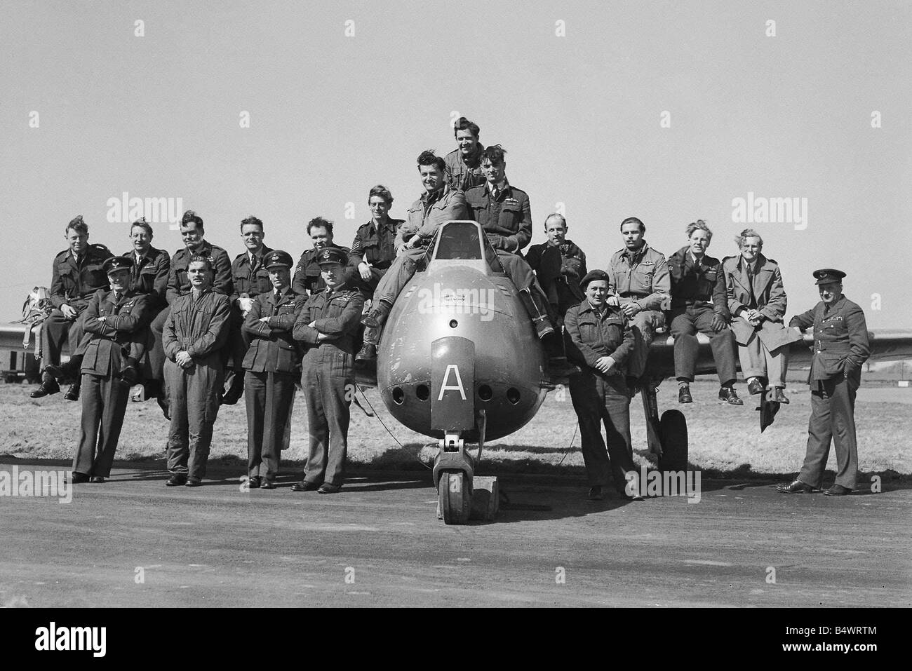 Aircraft Royal Air Force de Havilland Vampire May 1951 A Squadron of pilots and their ground crew and staff stand - Stock Image