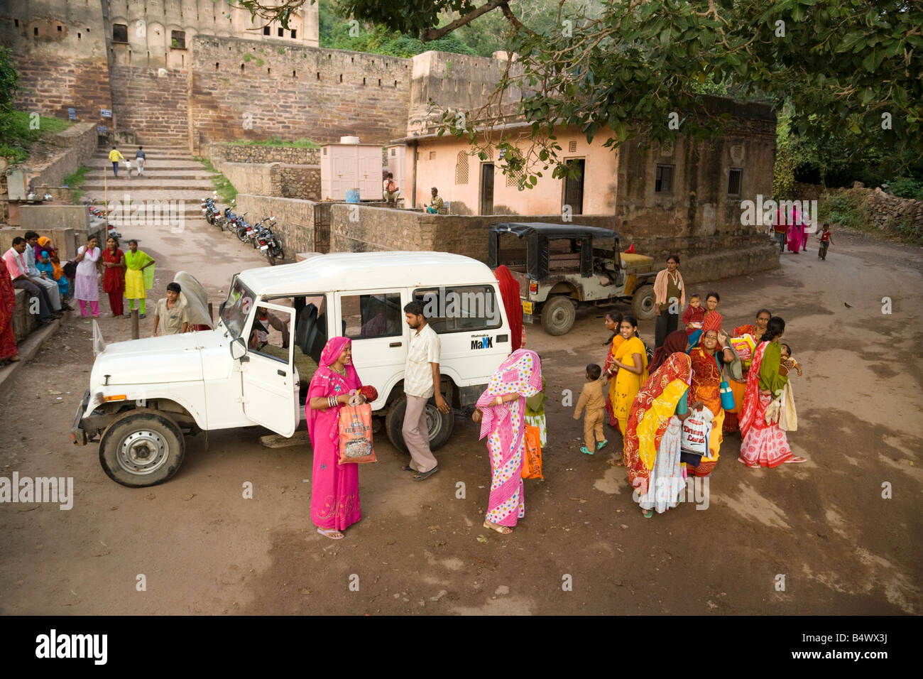 Indian women in colourful saris arrive at the temple, Ranthambore fort, Rajasthan, India - Stock Image