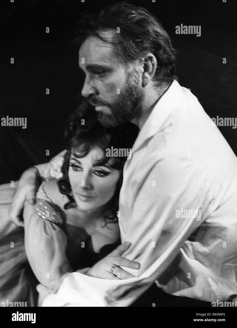 Richard Burton and Elizabeth Taylor during rehearsal for Oxford University s production of Dr Faustus in 1966 - Stock Image