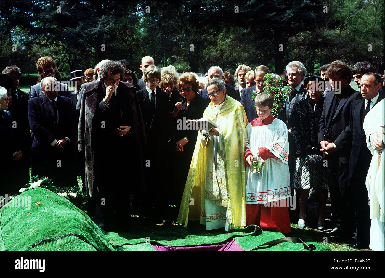 alan lake with son jason at funeral of diana dors 1984 during service stock photo alamy alamy