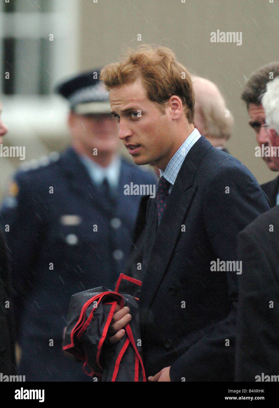A very somber Prince William waits to board his private plane in the rain at Blenheim Airport bound for Auckland - Stock Image