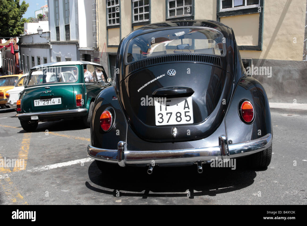 Covering Mini Cooper >> Black VW Beetle parked next to a Mini Cooper on a hill at a vintage Stock Photo: 20260987 - Alamy