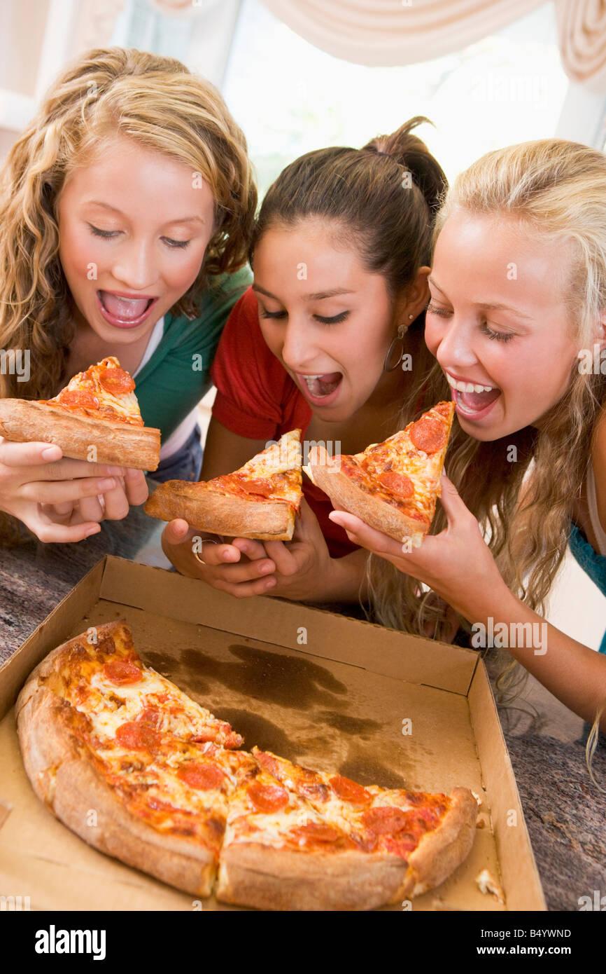 teenager-maedchen-und-essen-mit-jungen