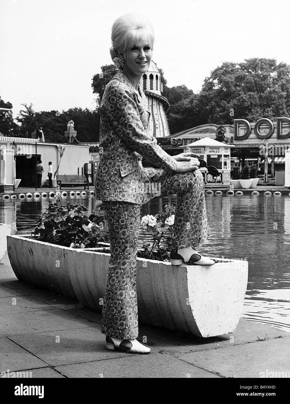 Dusty Springfield the pop singer in her natty trouser suit - Stock Image
