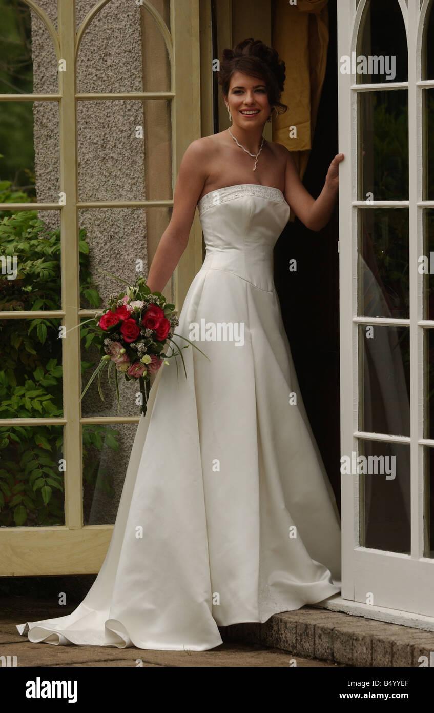 Bridal Fashion feature June 2004 WEDDING DRESS FASHION MODEL GEMMA FORBES MODELLING WEDDING DRESS FROM NATALIE JAMES - Stock Image