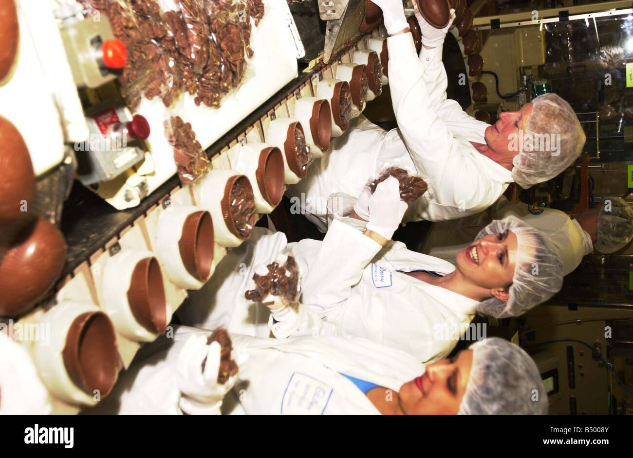 MIRROR FEATURE WRITER CLAIR GOLDWYN ON PRODUCTION LINE AT CADBURYS IN BOURNVILLE BIRMINGHAM Journalist reporter - Stock Image