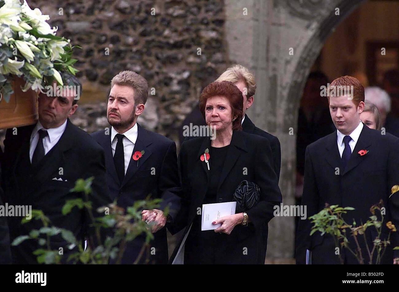 leaving cilla blacks funeral - HD1300×951
