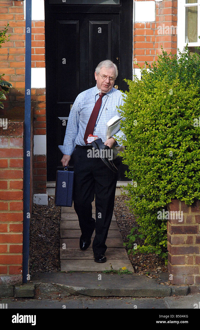 A TORY AIDE LEAVES DAVID CAMERON'S HOME IN NOTTING HILL, WEST LONDON, CARRYING A BRIEFCASE AND SHOES AT 8.10AM - Stock Image