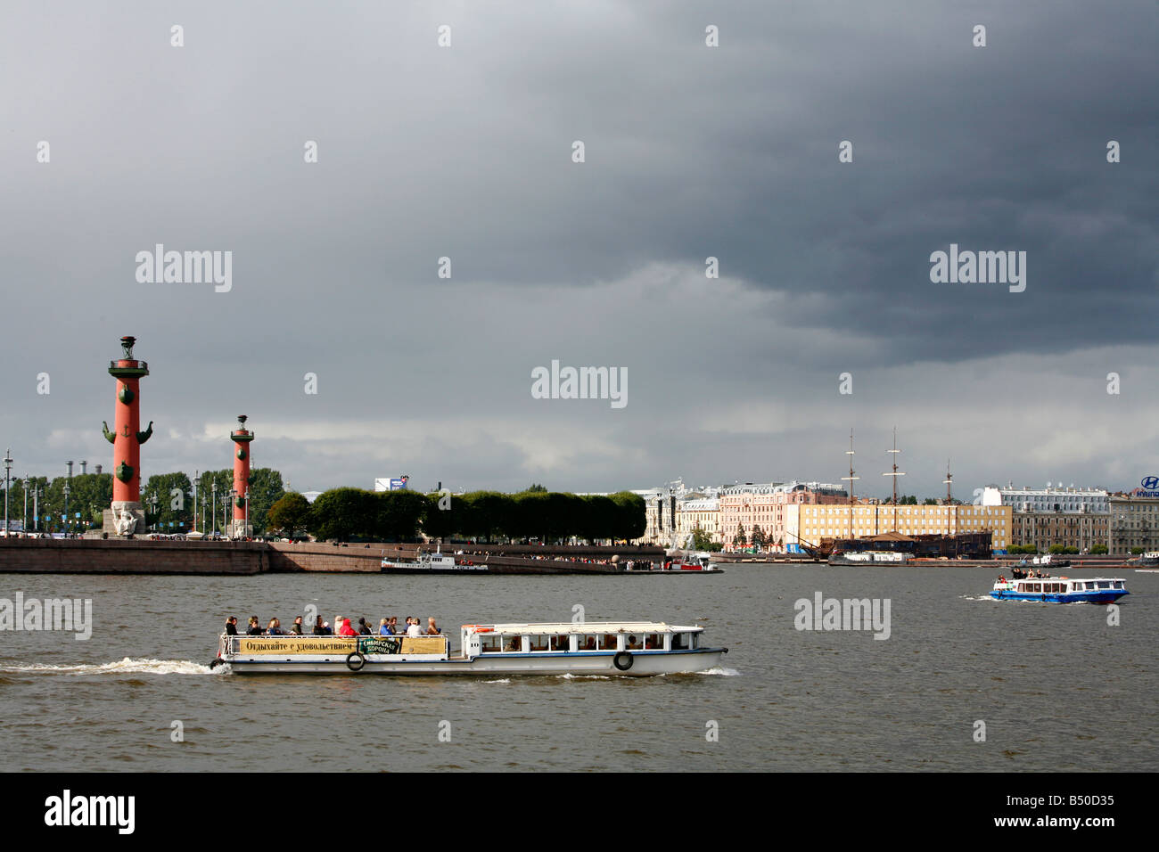 Aug 2008 - Boat sailing in the Neva River St Petersburg Russia - Stock Image