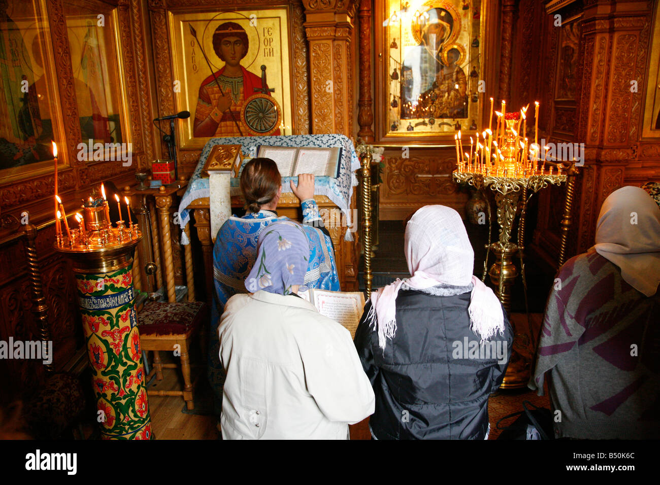 Sep 2008 - People worship inside the Chapel of the Iberian Virgin at the Resurrection Gate Moscow Russia - Stock Image